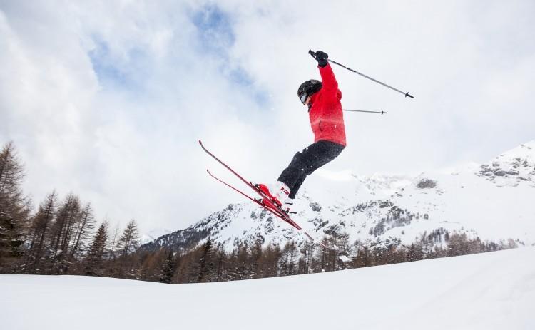 Ski. Skiløber i luften