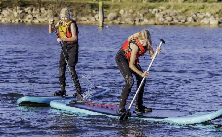 SUP 1. To piger på standup paddleboard