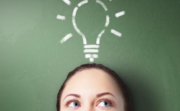 God ide. Kvinde med tegnet lysende el-pære over hoved