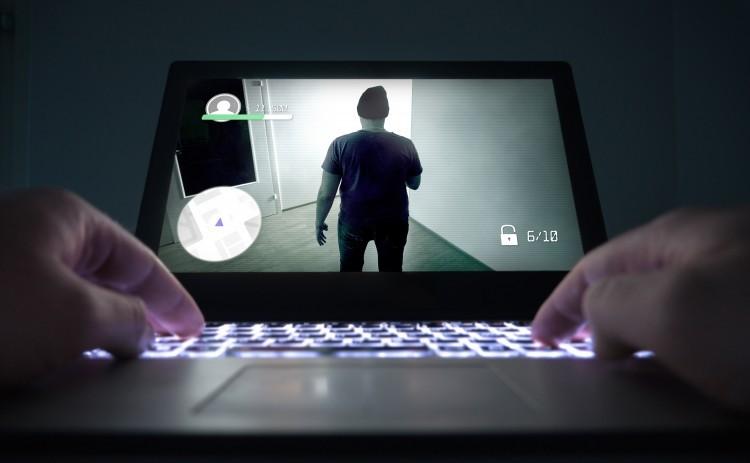 E-Sport - Gaming. To hænder og computerskærm med spil