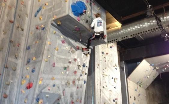 Klatrevæg. Ung på indendørs klatrevæg