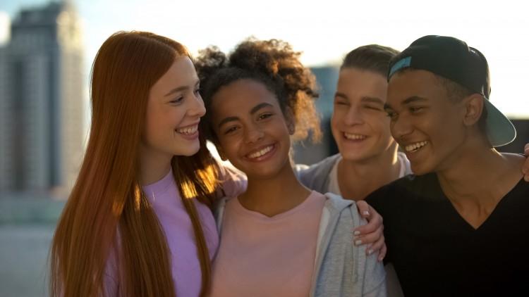 Ungdomsklub. 4 unge står sammen.